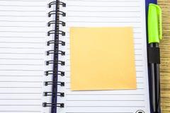 Abra o livro de nota com stickies no fundo de madeira imagens de stock royalty free