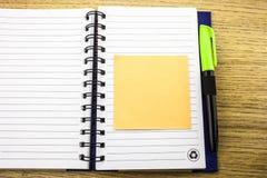 Abra o livro de nota com stickies no fundo de madeira ilustração 3D fotografia de stock