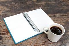 Abra o livro de nota vazio com copo de café Foto de Stock Royalty Free