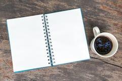 Abra o livro de nota vazio com copo de café Imagens de Stock Royalty Free