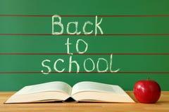 Abra o livro e a maçã vermelha Foto de Stock