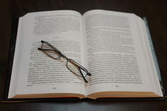 Abra o livro e os vidros Fotos de Stock
