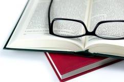Abra o livro e os vidros de leitura Fotos de Stock