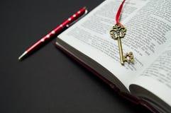 Abra o livro em um fundo preto Imagens de Stock Royalty Free
