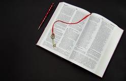 Abra o livro em um fundo preto Fotos de Stock