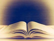 Abra o livro em um fundo preto O vintage colore a imagem Fotos de Stock Royalty Free