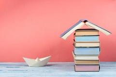 Abra o livro, livros coloridos do livro encadernado na tabela de madeira De volta à escola Copie o espaço para o texto Conceito d foto de stock