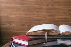 Abra o livro, livros do livro encadernado no fundo de madeira da parede Espaço livre para o texto Foto de Stock Royalty Free
