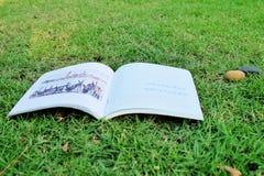 Abra o livro na grama Imagens de Stock