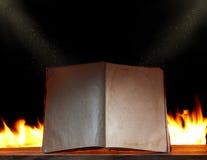 Abra o livro na luz ambiental com incêndio Foto de Stock Royalty Free