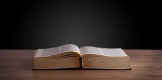 Abra o livro na plataforma de madeira Foto de Stock