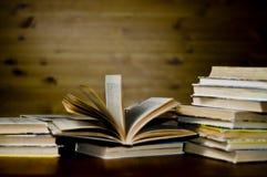 Abra o livro na tabela Fotografia de Stock Royalty Free