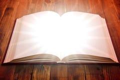 Abra o livro na tabela de madeira Imagem de Stock