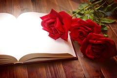 Abra o livro na tabela de madeira Imagens de Stock