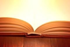 Abra o livro na tabela de madeira Foto de Stock Royalty Free