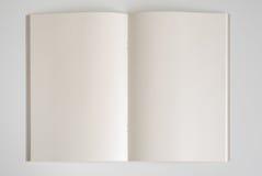 Abra o livro no fundo branco Imagens de Stock Royalty Free