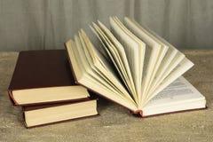 Abra o livro que encontra-se em uma tabela de madeira foto de stock royalty free