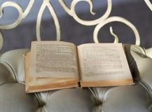 Abra o livro velho em um cheir Fotografia de Stock Royalty Free