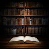 Abra o livro velho em um fundo da estante Foco seletivo imagens de stock royalty free