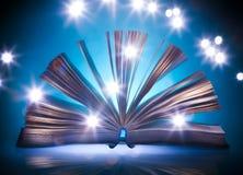 Abra o livro velho, luz azul mystical no fundo imagens de stock