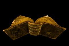 Abra o livro velho no fundo preto imagens de stock royalty free