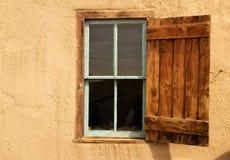 Abra o obturador em uma janela imagens de stock