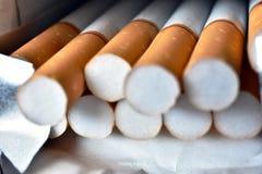 Abra o pacote dos cigarros fotografia de stock