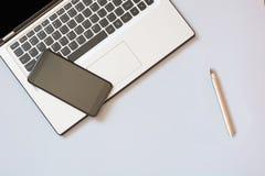 Abra o portátil e o móbil no azul Conceito do negócio Vista superior Copie o espaço Imagens de Stock Royalty Free
