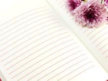Abra o ramalhete cor-de-rosa do caderno e da flor dos crisântemos bonitos Imagens de Stock Royalty Free