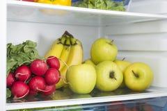 Abra o refrigerador completamente de frutas e legumes frescas Imagens de Stock Royalty Free