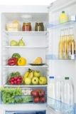 Abra o refrigerador completamente de frutas e legumes frescas Fotografia de Stock Royalty Free