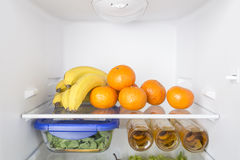 Abra o refrigerador completamente de frutas e legumes frescas Foto de Stock Royalty Free