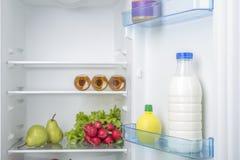 Abra o refrigerador completamente de frutas e legumes frescas Fotos de Stock