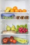 Abra o refrigerador completamente de frutas e legumes frescas Foto de Stock