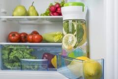 Abra o refrigerador completamente de frutas e legumes frescas Imagem de Stock