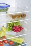 Abra o refrigerador completamente de frutas e legumes frescas Fotografia de Stock