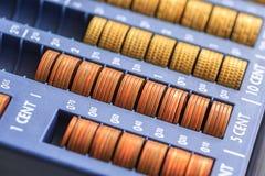 Abra o registrer do dinheiro que contém muitas moedas dos euro em cru Imagem de Stock Royalty Free
