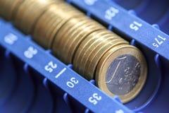 Abra o registrer do dinheiro que contém muitas moedas dos euro em cru Imagem de Stock