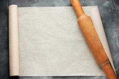 Abra o rolo do papel de pergaminho do cozimento com o pino do rolo para o menu ou Imagens de Stock Royalty Free