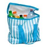 Abra o saco listrado azul do refrigerador com completamente de bebidas de refrescamento frescas Fotos de Stock Royalty Free