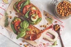 Abra o sanduíche do vegetariano com tomate, pepino, grãos-de-bico fritados Foto de Stock Royalty Free