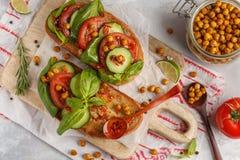 Abra o sanduíche do vegetariano com tomate, pepino, grãos-de-bico fritados Fotografia de Stock Royalty Free