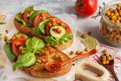 Abra o sanduíche do vegetariano com tomate, pepino, grãos-de-bico fritados Imagens de Stock Royalty Free