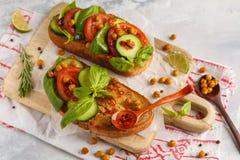 Abra o sanduíche do vegetariano com tomate, pepino, grãos-de-bico fritados Fotos de Stock