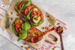 Abra o sanduíche do vegetariano com tomate, pepino, grãos-de-bico fritados Fotografia de Stock