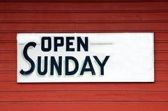 Abra o sinal de domingo imagens de stock