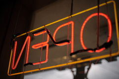 Abra o sinal de néon Imagens de Stock Royalty Free