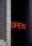 Abra o sinal de néon Fotos de Stock Royalty Free
