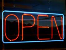 Abra o sinal de néon Foto de Stock Royalty Free