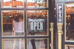 Abra o sinal do vintage largo através do vidro da janela de loja Ásia foto de stock